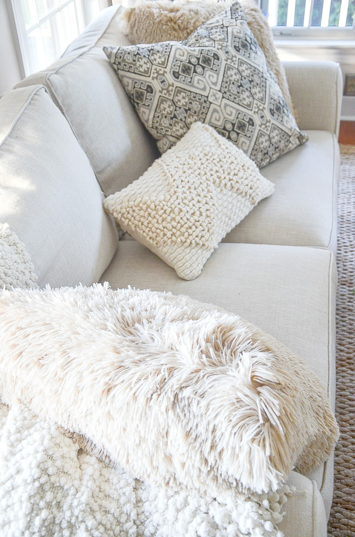 Outstanding A Casual Pillow Arrangement You Should Try Stonegable Uwap Interior Chair Design Uwaporg