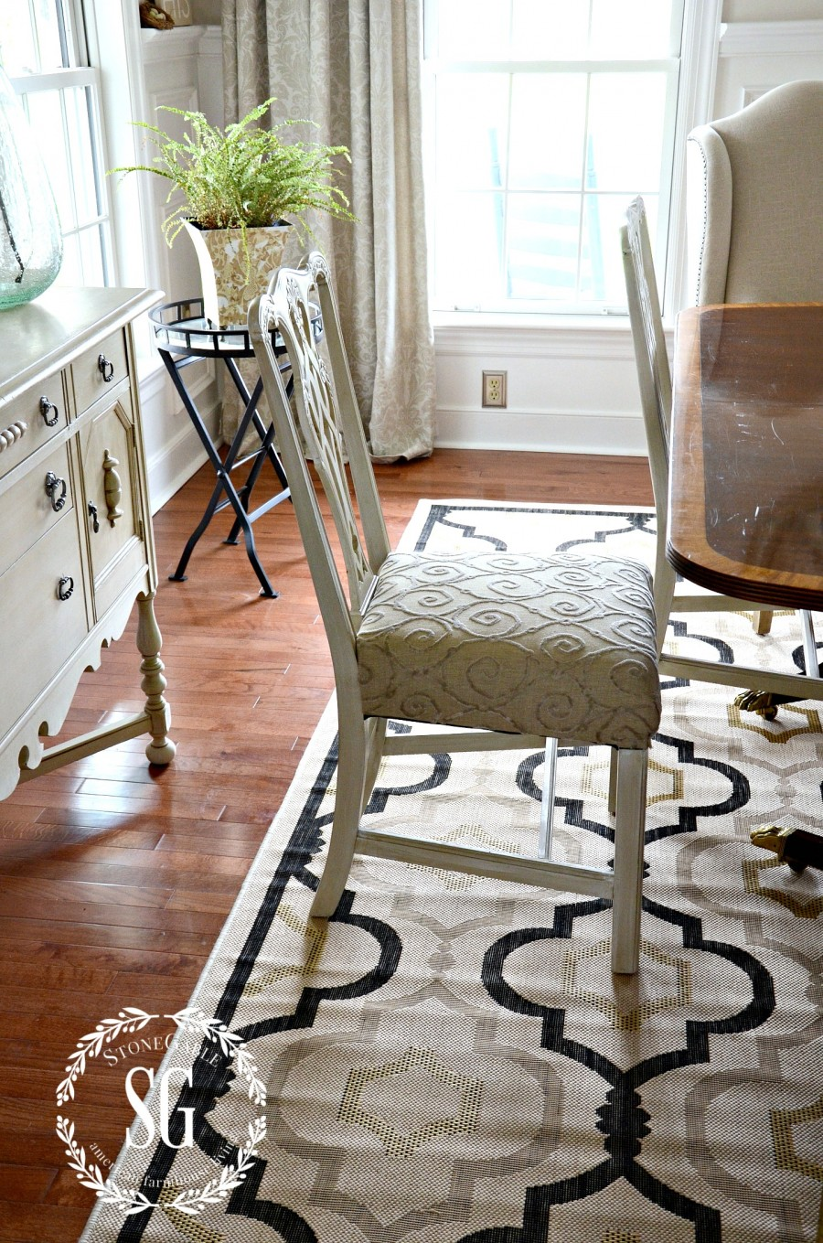 5 rules for choosing the perfect dining room rug stonegable. Black Bedroom Furniture Sets. Home Design Ideas