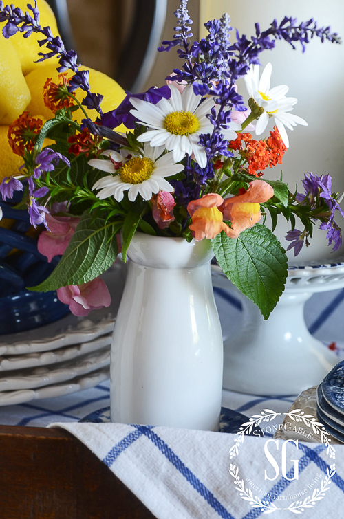HOW TO CREATE GORGEOUS FARMHOUSE FLORALS-Easy tips for charming farmhouse influenced