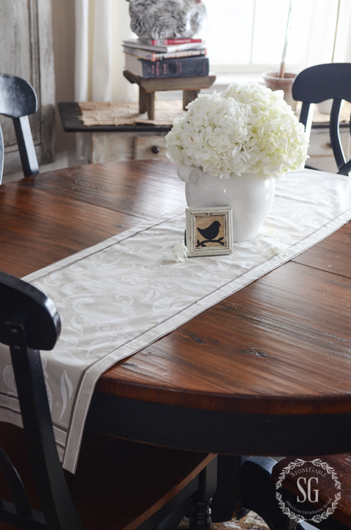 NO SEW BEAUTIFUL SPRING TABLE RUNNER- A step-by-step tutorial for making a one of a kind tablerunner