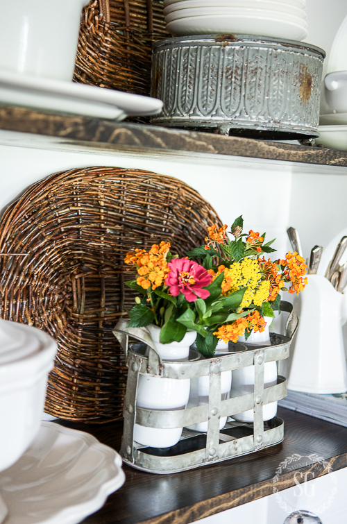 SUMMERY OPEN SHELVES-How to create beautiful shelves without using a beachy theme