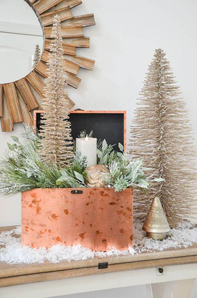 BOX FILLED WITH CHRISTMAS ELEMENTS