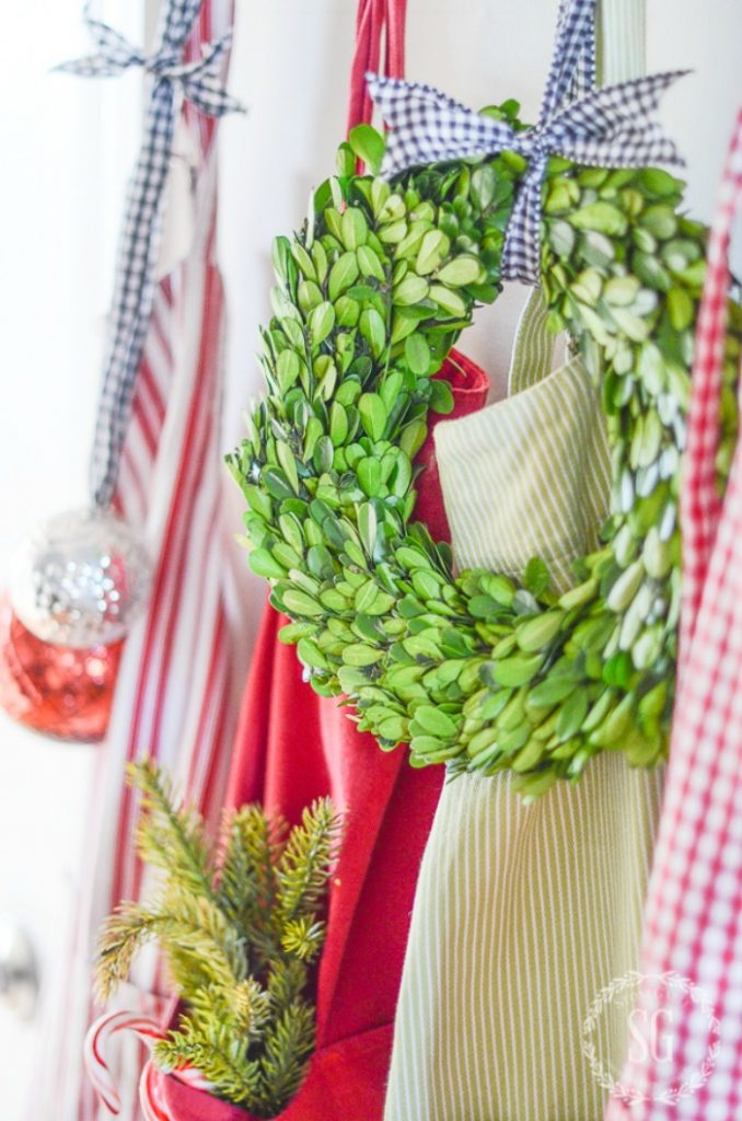 WREATH HANGING WITH APRONS
