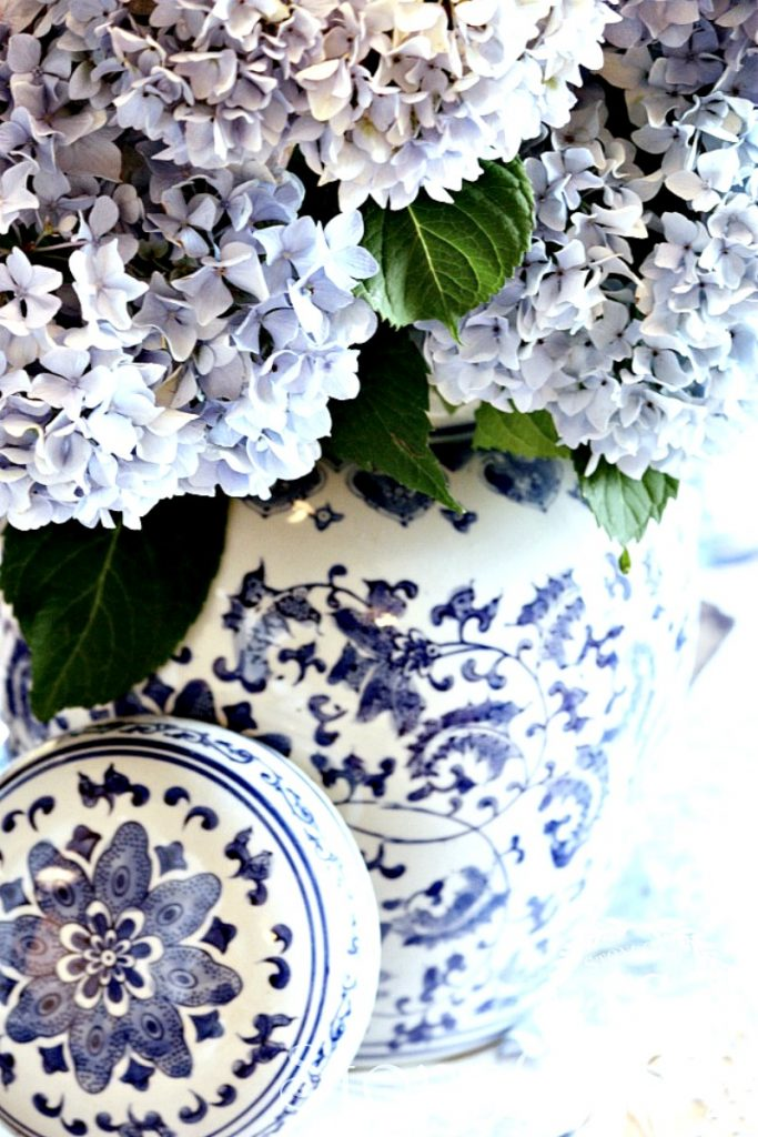 LARGE CHINOISERIE URN FULL OF BLUE HYDRANGEAS THAT ARE DRY