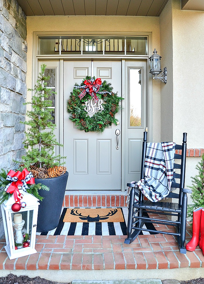 Christmas decorating ideas- big wreath on a front door