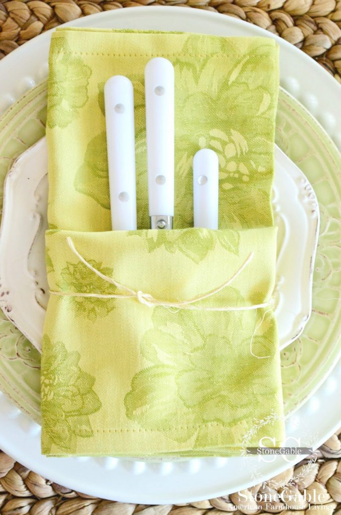 CUTE AND EASY NAPKIN FOLD EASTER TABLE IDEA