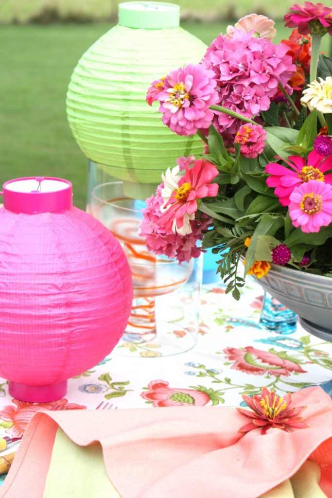 COLORFUL SUMMER TABLE WITH BRIGHT PAPER LANTERNS
