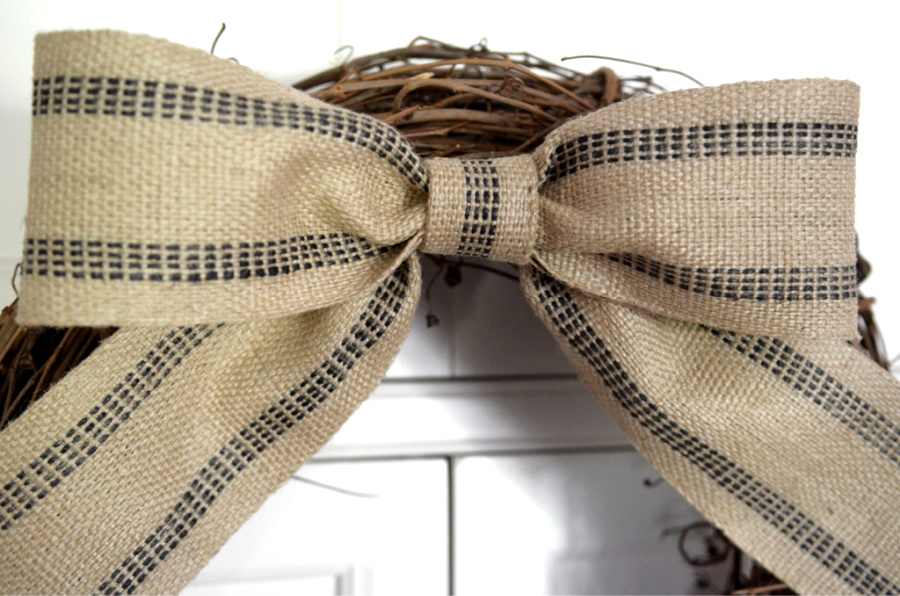 CLOSE UP OF A BOW
