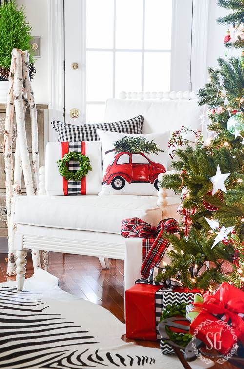 A RED AND GREEN CHRISTMAS TREE WITH GIFTS UNDER IT