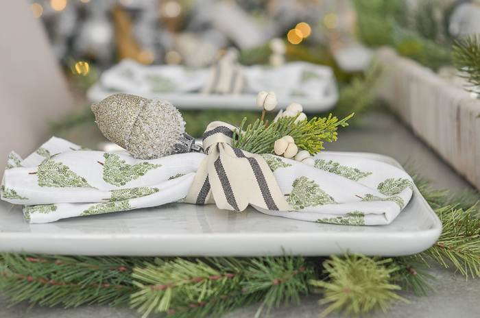 PLACE SETTING ON A CHRISTMAS TABLE