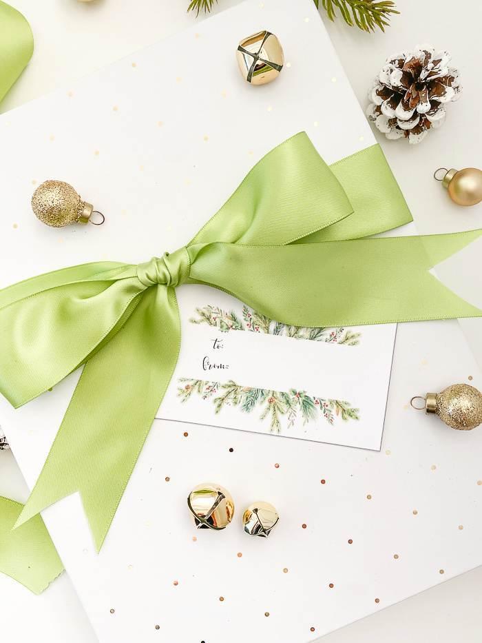 PRETTY CHRISTMAS PRESENT WITH A PRINTABLE GIFT TAG