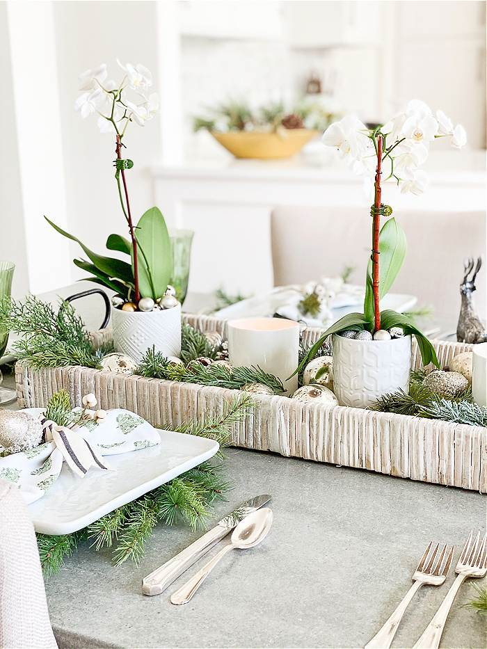 A GREEN AND WHITE CHRISTMAS TABLE