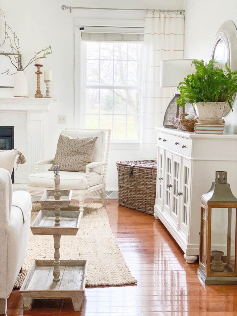 FAMILY ROOM WITH DIFFERENT DECORATIVE METALS