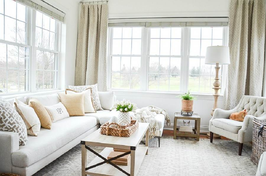 SMALL SUNROOM WITH LOTS OF WINDOWS