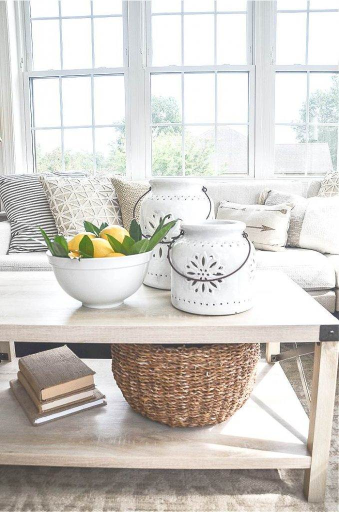 COFFEE TABLE WITH NEUTRAL DECOR