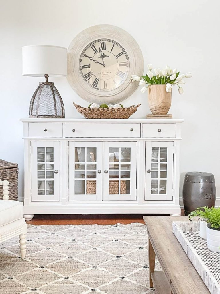 ACCENT DECOR ON A WHITE BUFFET