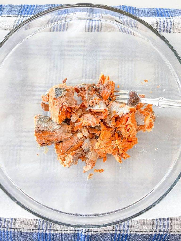 FLAKED SALMON IN A BOWL