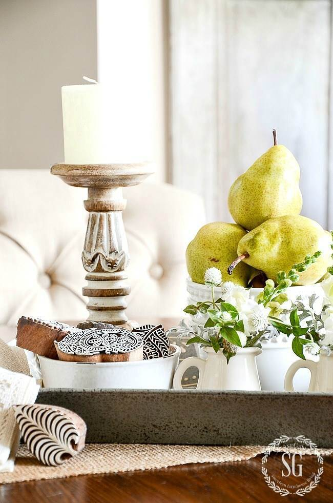 VIGNETTE WITH LOTS OF ACCENT DECOR