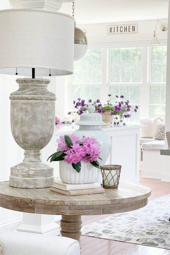 PRETTY TABLE WITH PURPLE FLOWERS IN A VASE