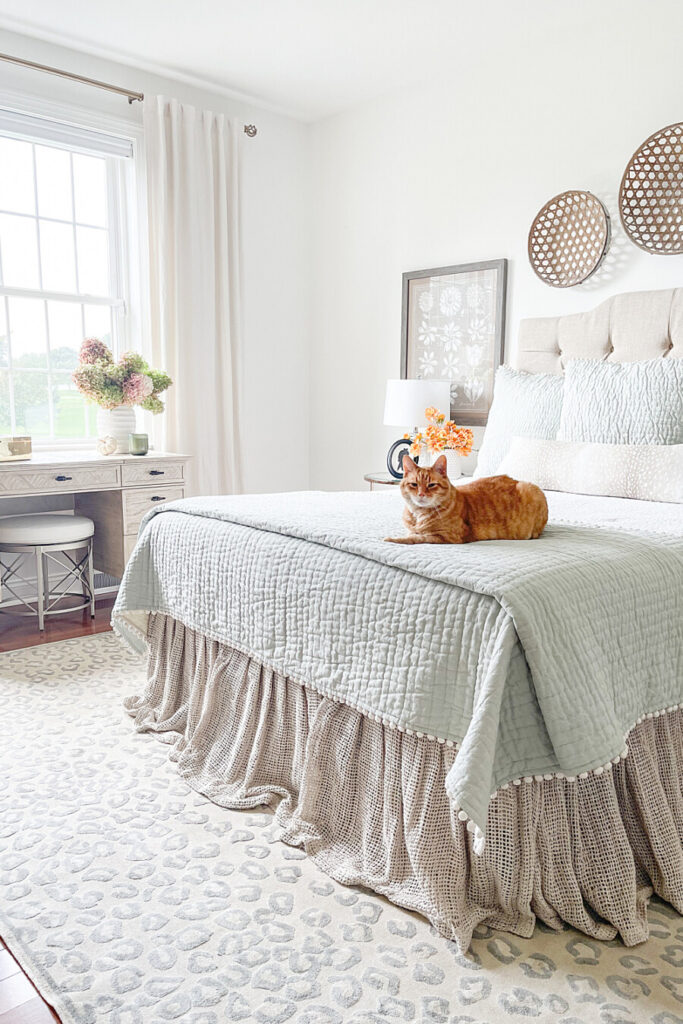 BEST FALL DECORATING IDEAS IN A NEUTRAL BEDROOM
